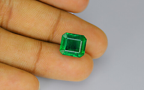 Minor Oil Emerald - 7.10 carats